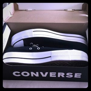 👟Women's Converse Sneakers Size 10! NEW IN BOX👟